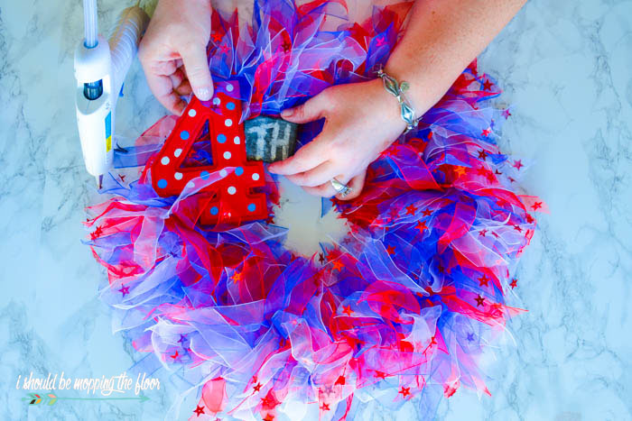 Budget-Friendly Fourth of July Wreath | This patriotic wreath was made out of hair ties! Super easy way to create a budget-friendly wreath for the summertime.