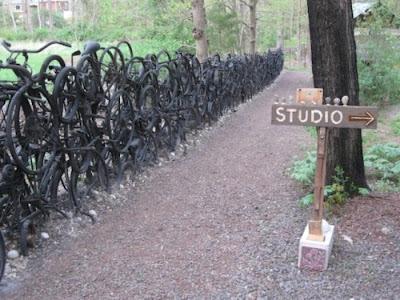 Una cerca con muchas bicicletas