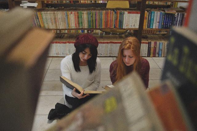 Garotas lendo na biblioteca