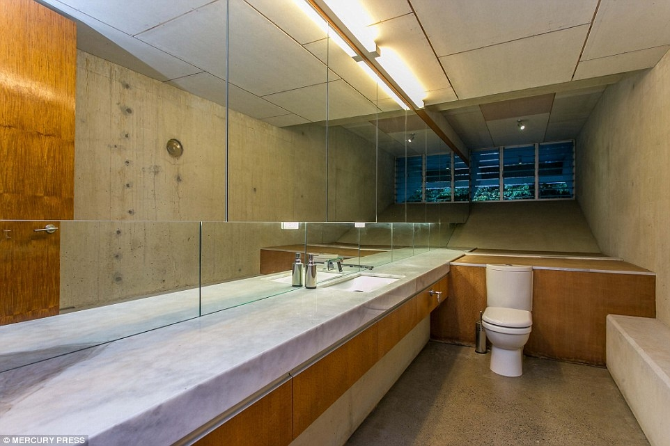 05-Toilet-Charles-Wright-Architecture-with-Star-Wars-Millennium-Falcon-Inspired-House-www-designstack-co