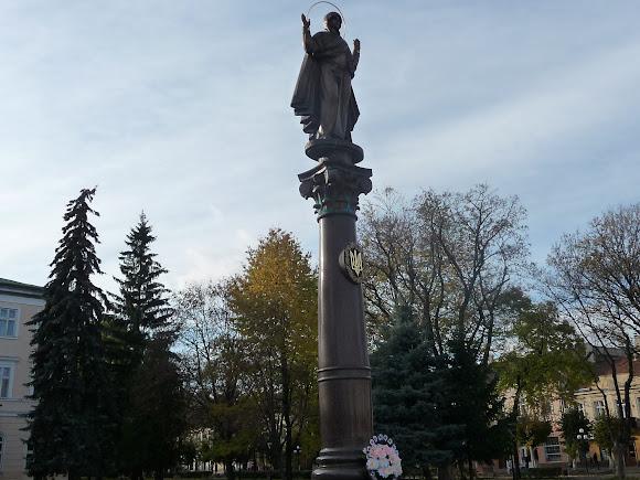 Самбір. Пам'ятник на площі біля Ратуші