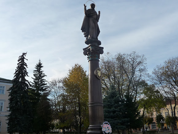 Самбор. Памятник на площади возле Ратуши