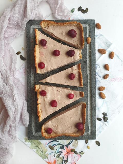 Tarta na kruchym spodzie z wiśniowym kremem, zdrowy deser bez białego cukru