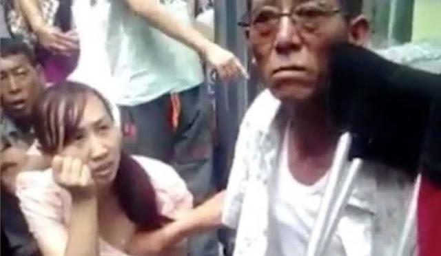 Foto de Vidente apalpando seios de mulher