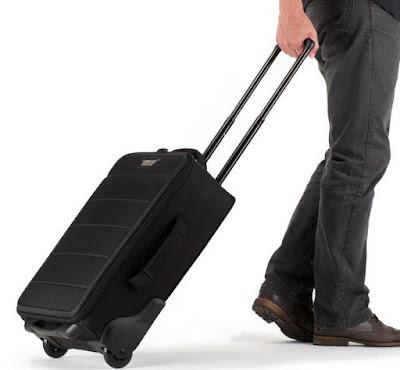 Cara membawa tas kamera model rolling case