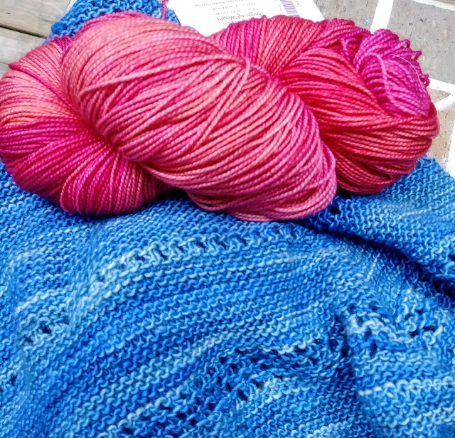 Knitting a simple shawl with a little lace and two colors