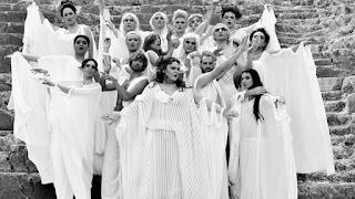 """""""Εκκλησιάζουσες"""" του Αριστοφάνη, σε διασκευή και σκηνοθεσία Αλέξανδρου Ρήγα."""