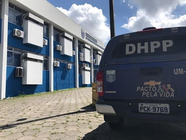 Mulher é presa após matar colega de curso a facadas por causa de vídeo na internet, em Recife