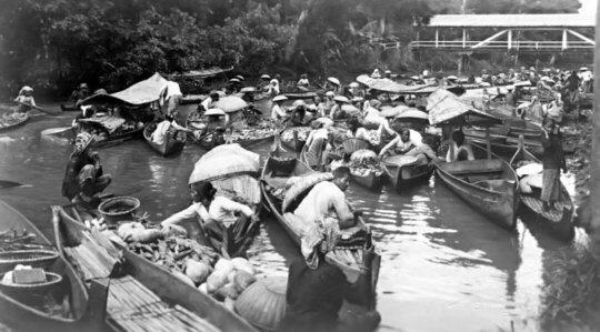 pasar terapung yang terkenal di Banjarmasin satu abad yang lalu