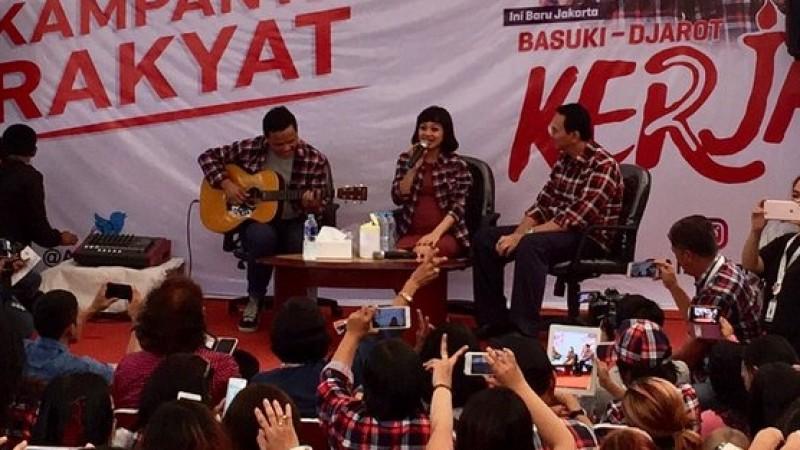Andien bernyanyi di Rumah Lembang