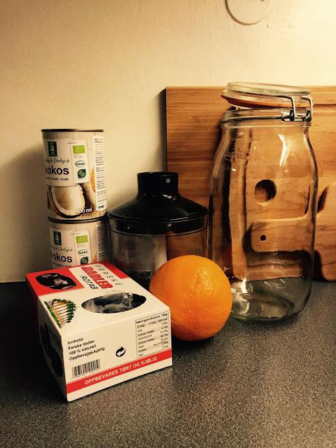 Noen av ingrediensene til DIY yoghurt: Kokosmelk, dadler, appelsin.