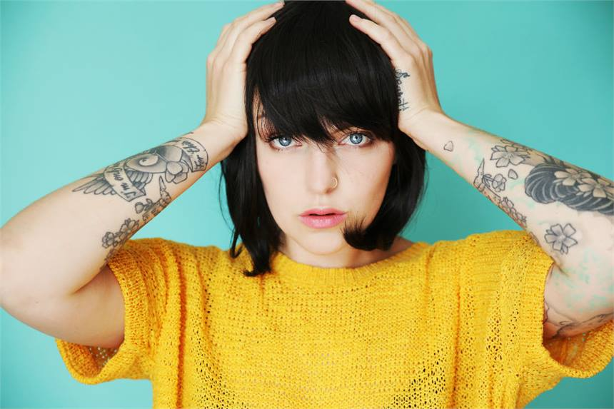Mujer arrepentida de sus tatuajes