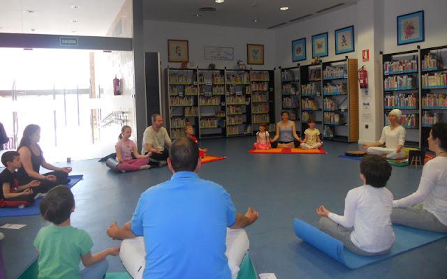 yoga en la biblioteca municipal. IMAGEN ILLESCAS COMUNICACIÓN