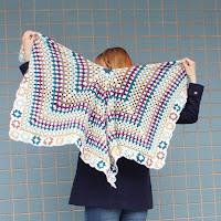 https://laukkumatka.blogspot.fi/2018/04/ruutua-ja-raitaa-giant-granny-shawl.html