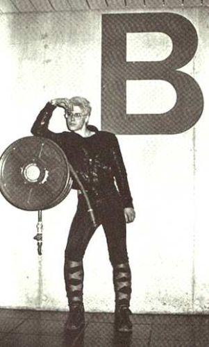 Adam Clayton posando en los primeros tiempos de U2