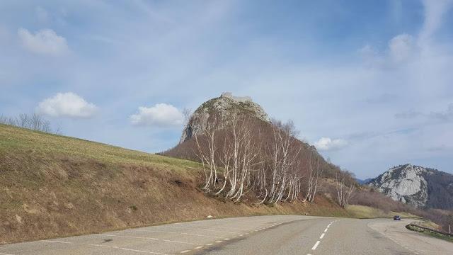 castillo de Montsegur en lo alto de la montaña