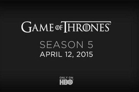 """Et oui, ce mois d'Avril signe le retour de la série phare de HBO, Game of Thrones ! La saison 5 débarque le dimanche 12 avril 2015 aux USA avec une diffusion en Vostfr H+24 sur OCS.  Cette saison devrait d'être basée sur le livre Une Danse avec les Dragons et comportera comme les saisons précédentes, 10 épisodes ! Nous retrouverons les membres de la famille Stark (Arya, la """"nouvelle"""" Sansa ou encore John Snow), les Lannister dont Tyrion en cavale…  Et surtout, des batailles, des dragons, des """"heureux"""" évènements et une intrigue qui avance ! De nombreuses videos (bande annonce, extraits, trailers,...) sont disponibles sur Youtube. On vous en propose une :    The Winter is coming….."""
