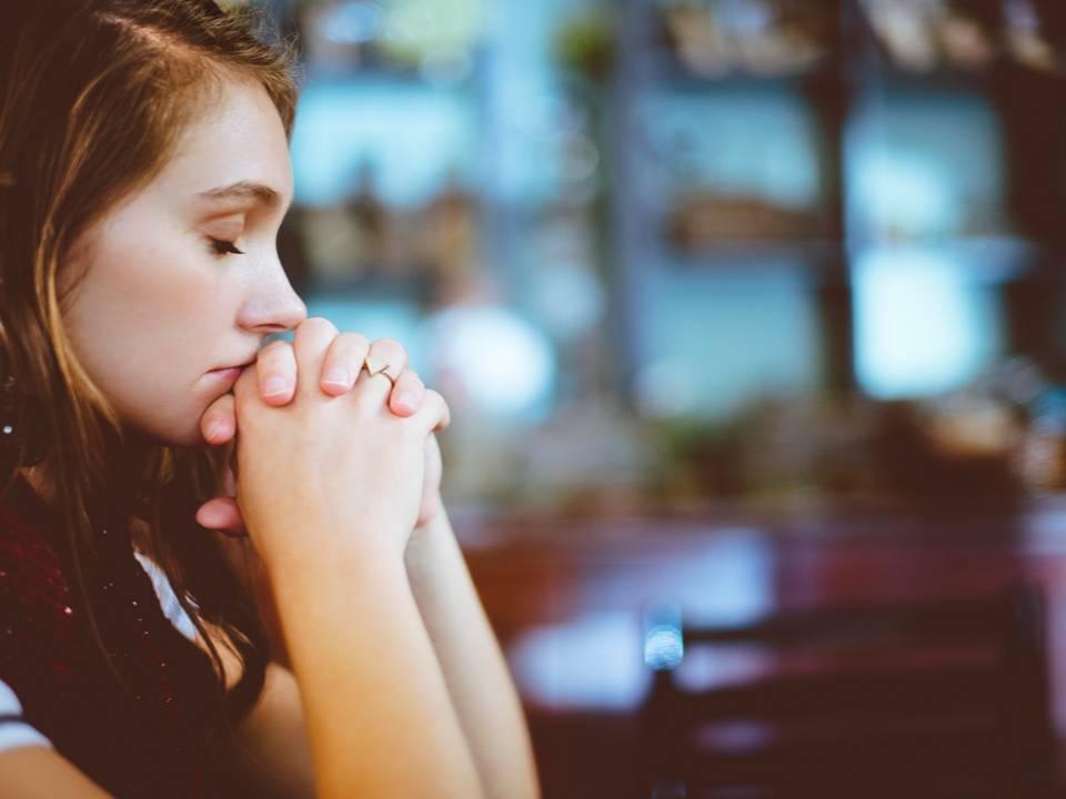 6 ESTRATEGIAS DE INTELIGENCIA EMOCIONAL PARA VOLVER A TENER UNA BUENA RELACIÓN CON LA COMIDA EN TU DÍA A DÍA. POR BEA ALVAREZ