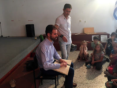 Ο Βαγγέλης διαβάζει με braille στα παιδιά