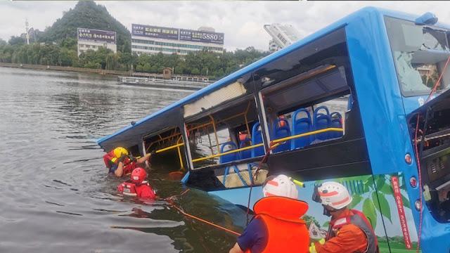 21 νεκροί μαθητές σε λεωφορείο που έπεσε από γέφυρα στην Κίνα (βίντεο)