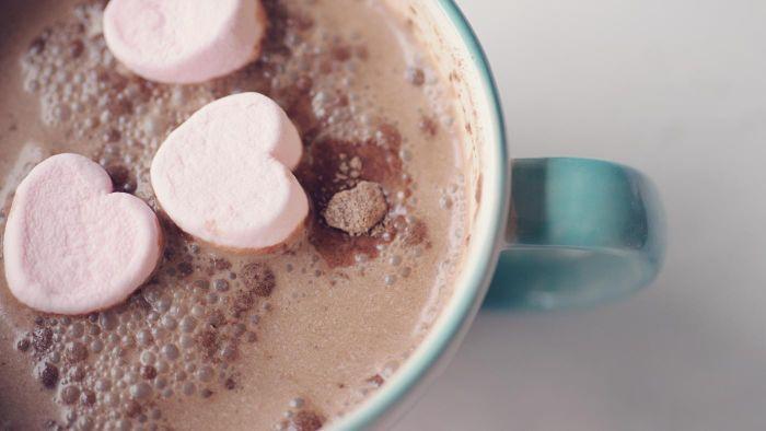 ¿El chocolate caliente tiene cafeína?