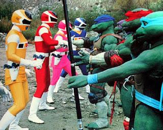 """Pour la sortie au cinéma du second volet des aventures de nos mutants préferés, nous allons nous plonger dans un voyage à travers la dimension X et retrouver les Tortues Ninja dans leurs différentes incarnations. Prenez un ticket et let's go!!!!   Des héros de papier:  Les Tortues Ninja commencent leur carrière dans un comic books indépendant crée par Kevin Eastman et Peter Laird, au début toutes les tortues portent des bandeaux rouges.                 Des dessins qui s'animent: En 1987 le succès est tel qu'une série animée est créée, d'un ton plus comique et moins sombre que le comics, elle met en place le système de couleurs pour différencier les tortues.  Après cette série d'autres versions animées virent le jour.          même une version japonaise qui ne passera jamais la frontière nippone              Des tortues en vrais!!!: En 1990 c'est la consécration avec l'arrivée d'un film live, il sera suivi de deux suites directes, d'un reboot en images de synthèse et de nouvelles versions live produites par Michael Bay.                   Nous aurons aussi droit à une série TV en 1997 """"Nouvelle Génération"""" qui introduisit une tortue féminine: Vénus de Milo.        Turtles and Friends:  Les Tortues Ninja ont croisées plein d'autres héros pendant leur carrière, que ce soit dans les comics ou dans leurs adaptations.                 Et oui même les Power Rangers!!!  Insolites: Voici quelques images en vrac nous proposant des versions alternatives ou un peu bizarre des tortues !!!   Les tortues par Jim Lee pour une série de figurines    le manga   la comédie musicale. si si"""