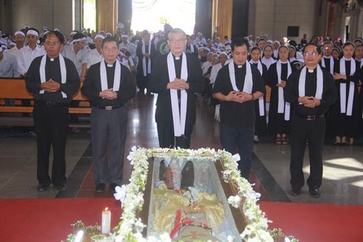 Ngày thứ Ba: Kính viếng và cầu nguyện cho Đức cha Phanxicô Xaviê Nguyễn Văn Sang - Ảnh minh hoạ 33