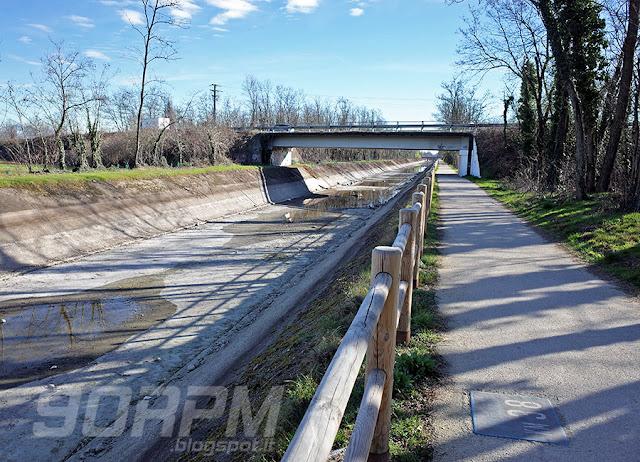 Il canale Villoresi senza acqua: la mia uscita in bicicletta è coincisa con il periodo di asciutta primaverile. Visto così perde molto del suo fascino, fortunatamente la natura circostante e l'arco alpino in bella vista ripagano questa mancanza.
