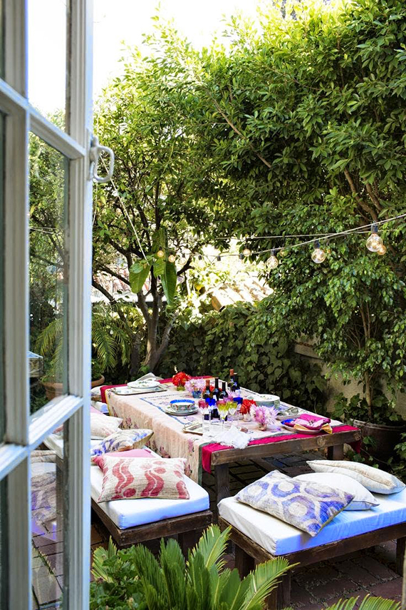 Colorful backyard dinner party   My Paradissi