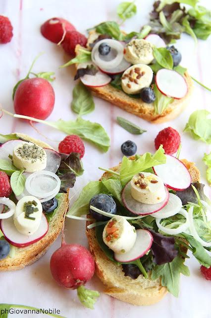 Bruschette con caprino, insalata misticanza, rapanelli e frutti di bosco