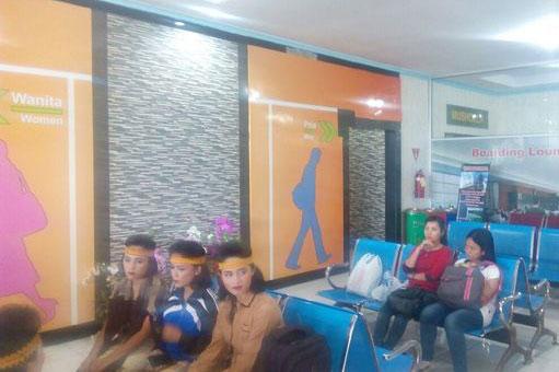 Bagi umat Muslim, penyedia bandara menyediakan Mushola. Selain itu, terdapat ruang tunggu dengan kursi empuk. Bagi penumpang tertentu, mereka bisa menikmati fasilitas VIP Lounge.