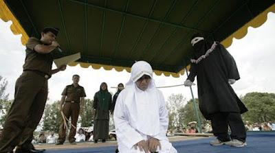 GEMPARR...!!!! Seorang Wanita Yang Usai Diperk0sa 8 Orang, Malahan Wanita Aceh ini Dicambuk