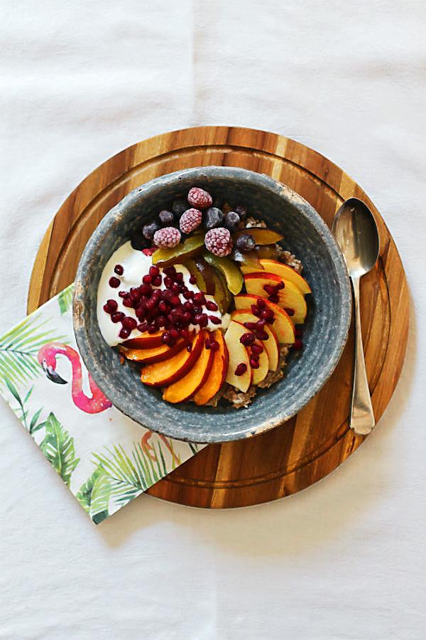 Haferbrei-Frühstück mit selbstgemachter Mandelmilch {Porridge-Power-Bowl} | Arthurs Tochter kocht. Der Blog für Food, Wine, Travel & Love