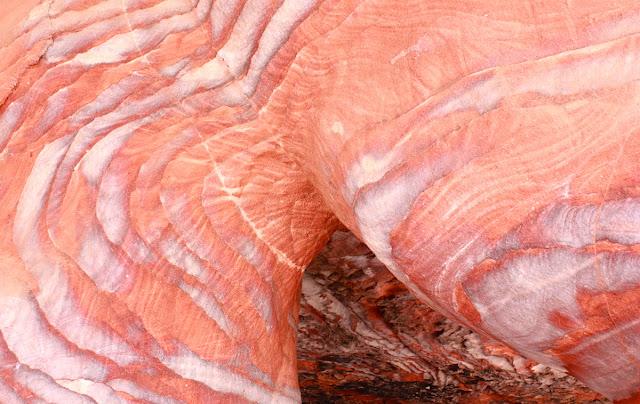Le spettacolari venature policrome dell'arenaria - foto di Elisa Chisana Hoshi
