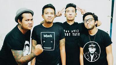 "Biografi Last Child   Lahir di timur Jakarta pada awal tahun 2006 silam, Last Child terbentuk dari trio Virgoun (24, vokal & gitar), Dimas (22, bass & vokal), dan Ari (23, drum). Mereka berubah menjadi kuartet sejak Juli 2009, merekrut Yodi (25, gitar) untuk memperkaya eksplorasi musik mereka. Setelah merilis mini album di 2001 berjudul ""Grow Up"" dengan 100% semangat swadaya, tahun 2008 lalu di bawah bendera Fake Records mereka unjuk gigi dengan album berjudul ""Everything We Are Everything"". Album yang perlahan tapi pasti semakin memperluas basis massa Last Friends, sebutan bagi fans Last Child. Album ini juga melahirkan hits di kalangan Last Friends seperti ""Diary Depresiku"", ""Pedih"", & ""Kembali"". Per April 2010, tercatat lebih dari 110,000 orang Last Friends secara rutin berinteraksi di www.facebook.com/lastchild. Dan berkat kesetiaan nan spartan dari Last Friends pula, RBT Last Child dari album ""Everything We Are Everything"" sudah menembus angka lebih dari 300,000 download. Sungguh sebuah angka yang fenomenal bagi sebuah band indie yang belum terlalu dikenal oleh masyarakat luas.  Dibawah naungan Dr.M lagu ""Diary Depresiku dimastering ulang oleh Jemi Sitanayah, MMus (Mastering of Music, sound engineering), seorang putra tanah air jebolan Berklee College"