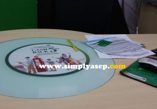TUTUP :  Saya sempat mengambil foto ini saat proses penutupan rekening payroll Bank Permata di meja customer service.  Foto Asep Haryono