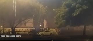 Vídeo mostra placa caindo sobre veículo em Patos durante chuva forte. Veja