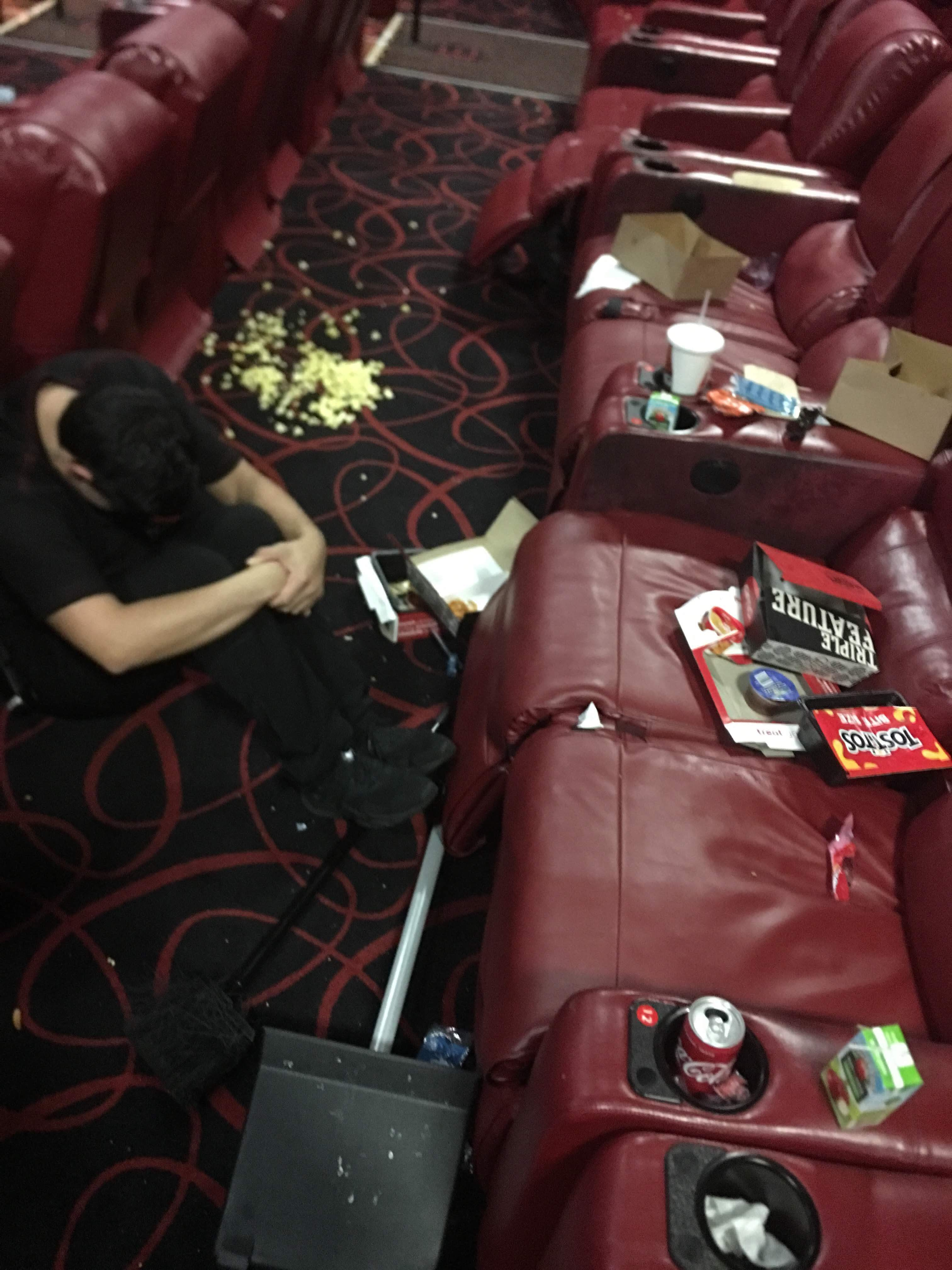 Please be nice to staff and clean up after yourself : 全米で猛烈な嵐のような大動員を集めている「アベンジャーズ : エンドゲーム」を上映中の映画館のスタッフの方の苦悩 😔