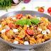Csirkés, fetás tészta: amíg a tészta megfő, a hús is elkészül
