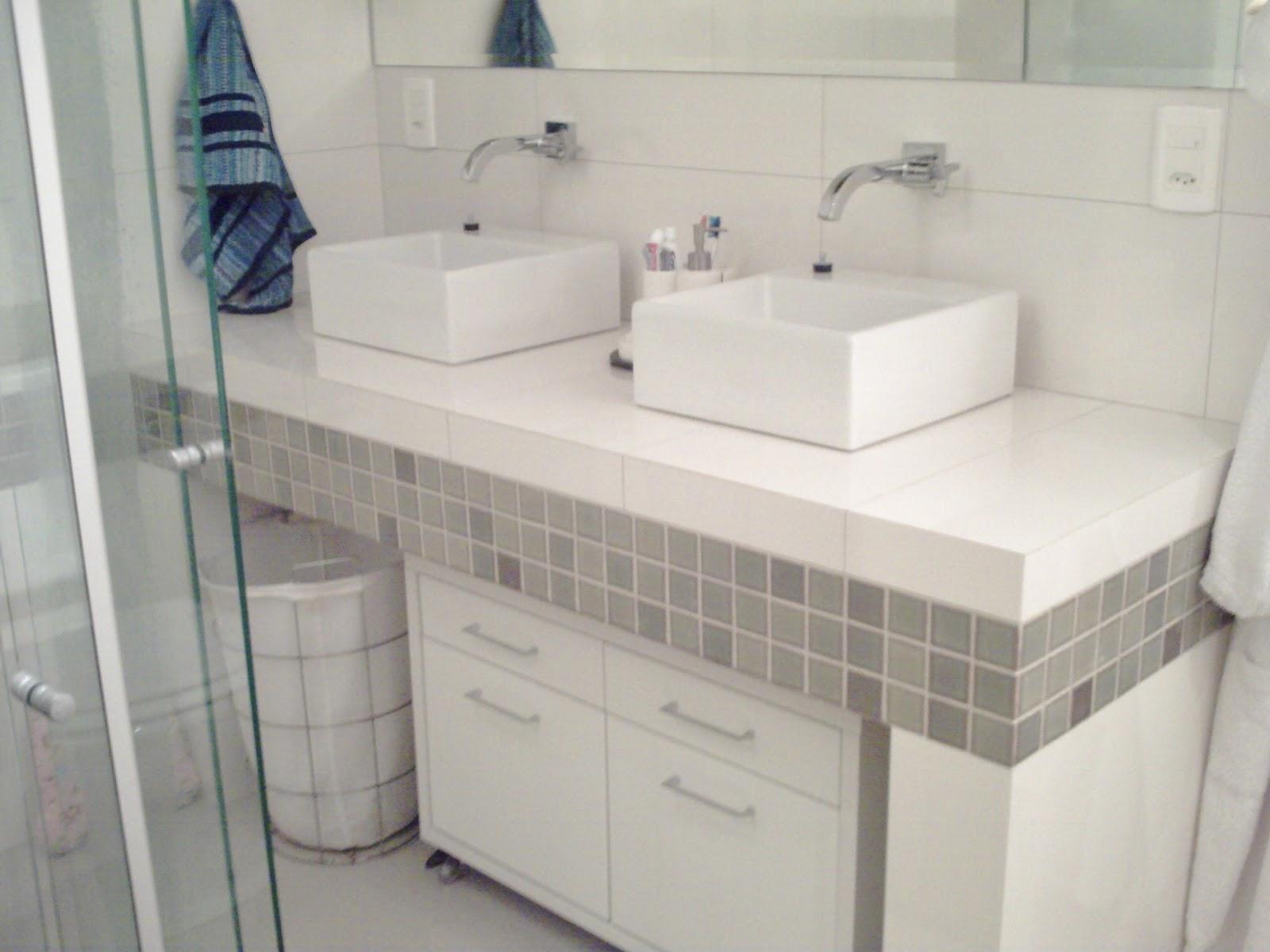 bancada da pia foi toda feita em concreto e revestida com porcelanato #3C4A60 1600x1200 Bancada Banheiro Concreto