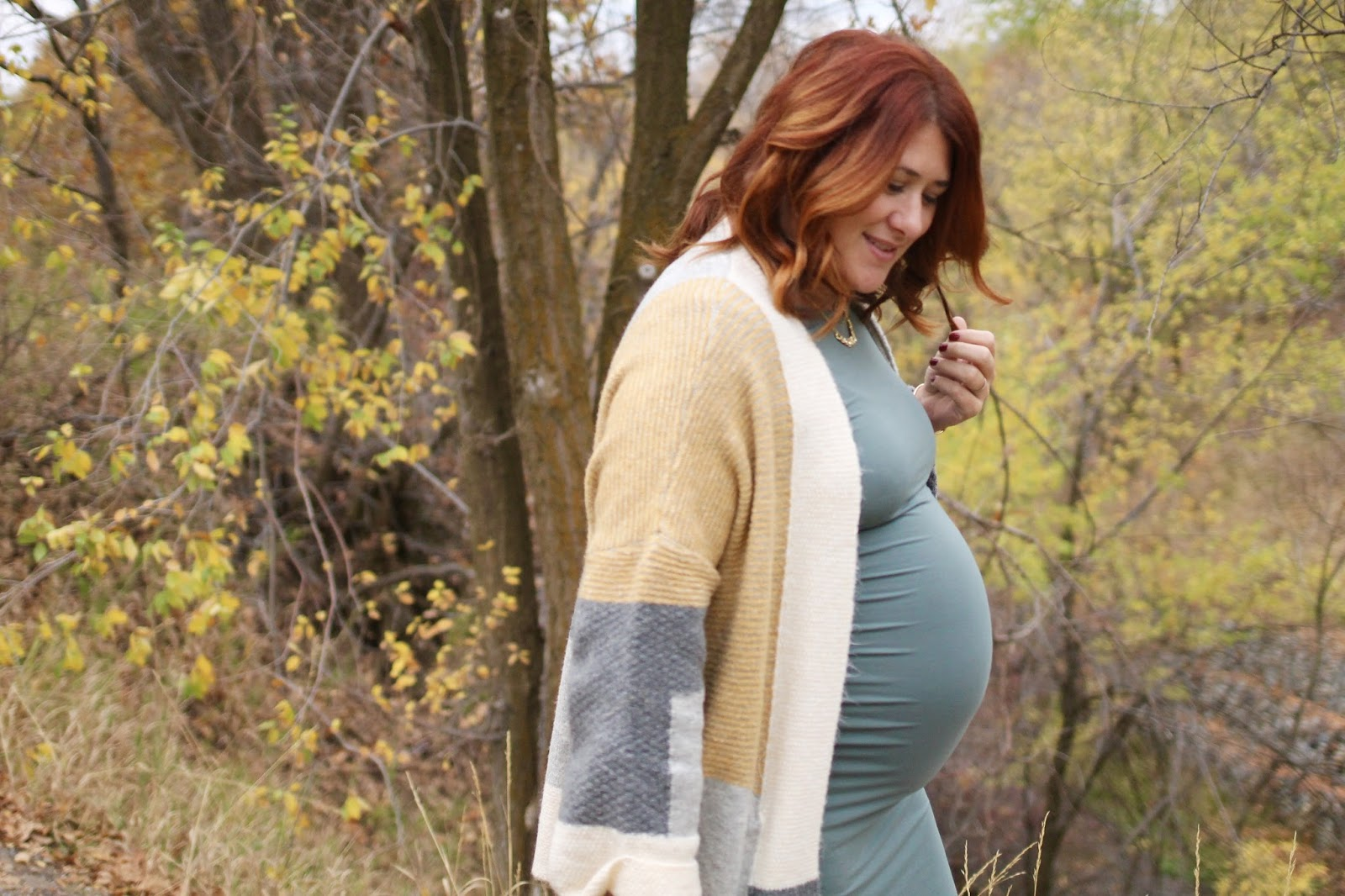 Fall pregnancy style, maternity outfit, easy outfit, red hair, hightop sneakers with a dress, oversized cardigan