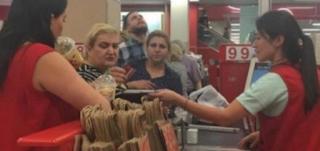 Όταν ένας αγενής πελάτης την προσέβαλε η ταμίας έβαλε τα κλάματα: Αυτό που έκανε όμως το αφεντικό της ξάφνιασε τους πάντες στην ουρά…