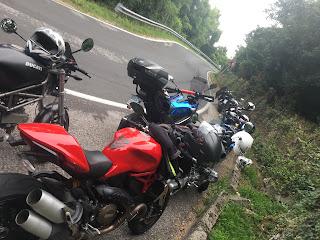 Guida sicura su strada in moto