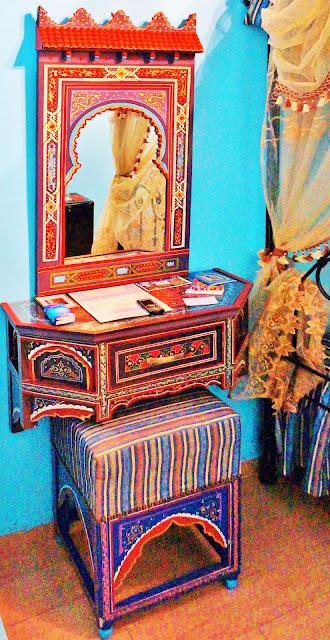 Изображение трюмо в номере отеля, Касабланка, Марокко