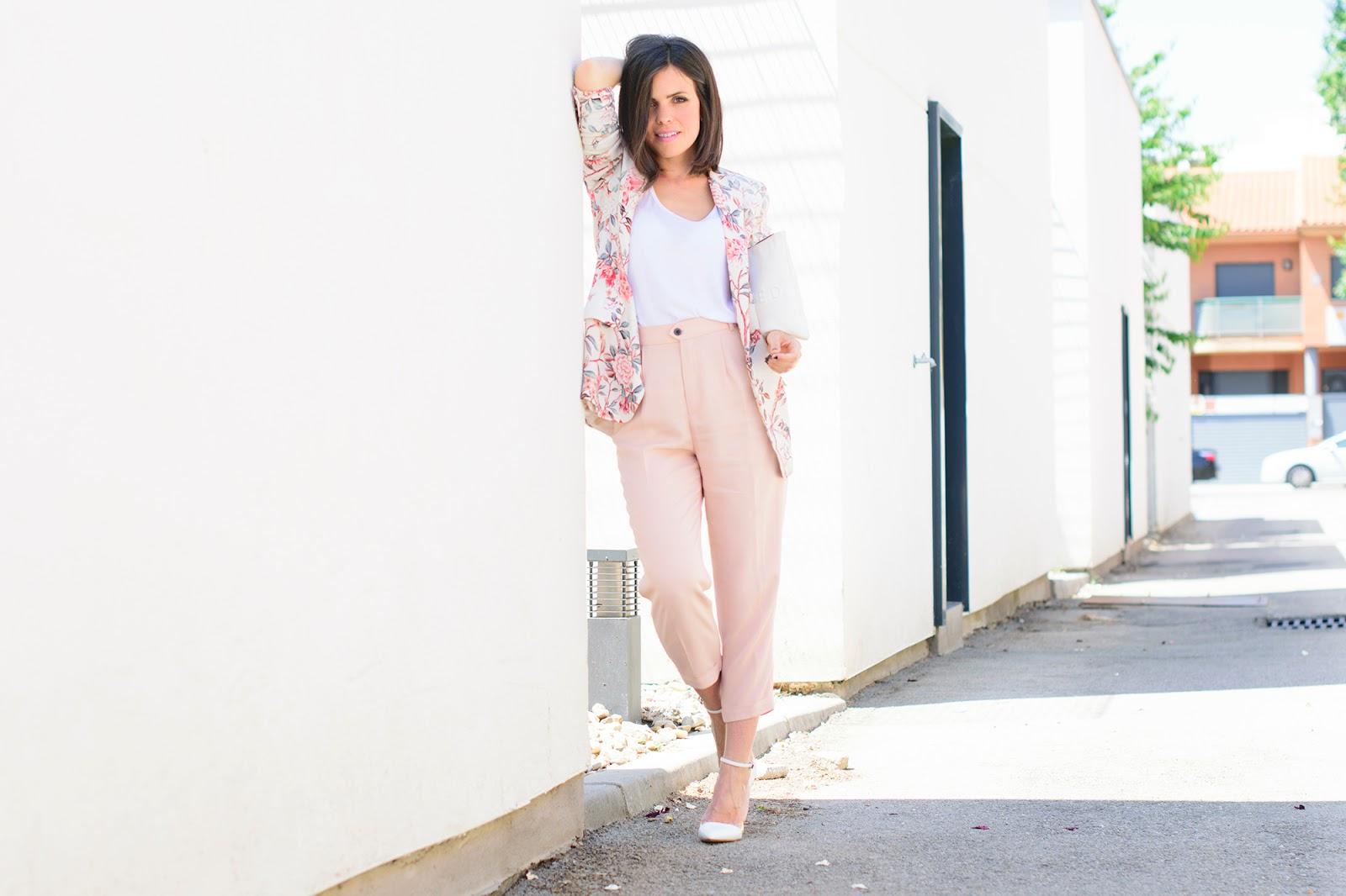 Look working con blazer de flores de Zara