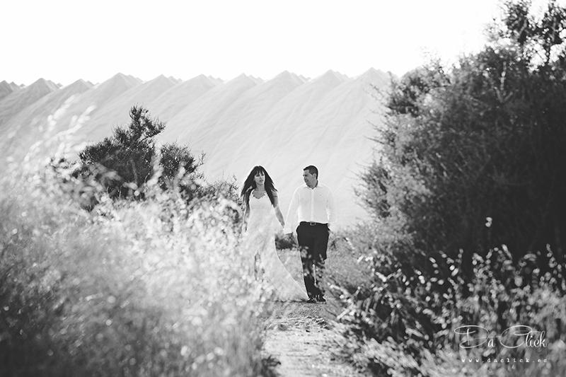 novios caminando montañas de sal