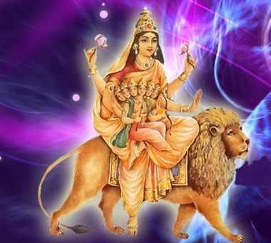 नवरात्रि (2018) के 5 में दिन मां स्कंदमाता की आराधना करने से वक्त अपने व्यवहारिक ज्ञान को कर्म में परिवर्तित करते हैं। प्राचीन मान्यताओं के अनुसार इच्छा शक्ति , ज्ञान शक्ति और प्रिया शक्ति समागम है। जब ब्रह्मांड मैं व्याप्त शिव तत्व का मिलन होता है तो स्कंद का जन्म होता है। मां स्कंदमाता ज्ञान और क्रिया के स्रोत आरंभ का प्रतीक मानी गई है। योगी जन इस दिन 'विशुद्ध चक्र' में अपना मन एकाग्र करते हैं स्कंद माता का स्थान है। स्कंदमाता का विग्रह चारभुजा वाला है यह अपनी गोद में भगवान स्कंद को बैठाये रखती हैं। दाहिनी और ऊपर वाली भुजा से धनुष बाण धारी, 6 मुख वाले बाल रूप स्कंध को पकड़े रहती हैं जबकि बाई और की ऊपर वाली भुजा दाता मुद्रा में रखती है। इनका वर्ण पूरी तरह निर्मल कांति वाला सफेद है यह कमलासन पर विराजत है वाहन के रूप में इन्होंने सिंह को अपनाया है कमलासन वाली स्कंदमाता को पद्मासन भी कहा जाता है। यह कोई शस्त्र धारण नहीं करती।
