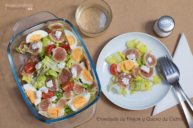 Deliciosa ensalada con higos y queso de cabra, muy colorida al combinar lechuga verde con los tomates cherry, las brevas y el amarillo del huevo duro.