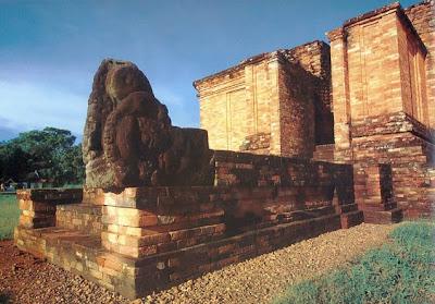 Candi Gumpung, candi Buddha di Muaro Jambi, Kerajaan Melayu yang ditaklukkan Sriwijaya.