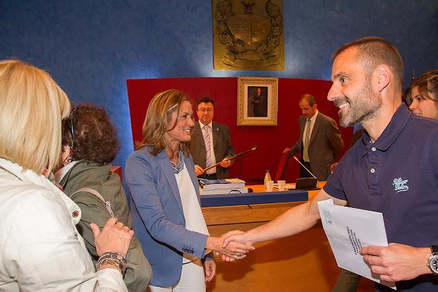 Amaia del Campo saluda al concejal del PSE Juan Antonio Pizarro tras resultar elegida alcaldesa, en 2015